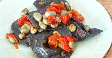 Ravioli neri alla bisque con favette e pomodorini